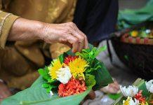 Văn hóa dâng hoa tươi khi đi lễ chùa của người Việt